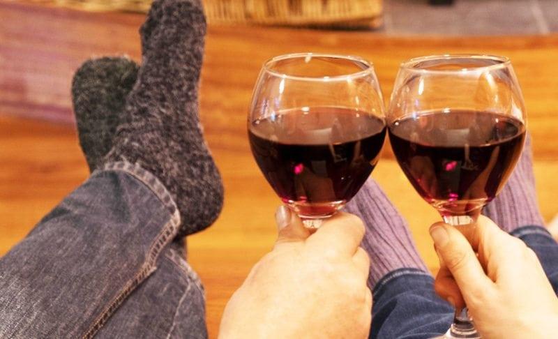 Brændeovne Herfølge Køge, to personer drikker rødvin